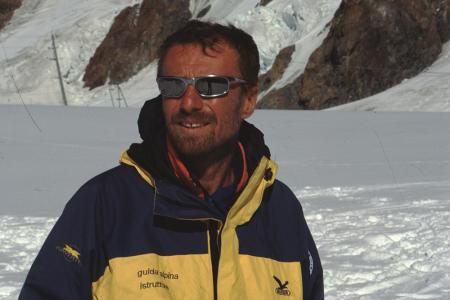 [Riprese varie di alpinisti in cordata, mountain bike e ritratto di Maurizio Gallo]