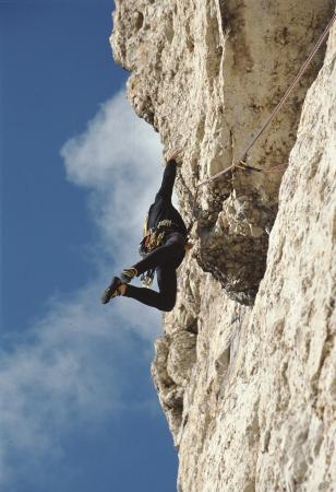 [Alpinista in arrampicata su pareti rocciose tra cui nuova via su Roda di Vael 7b]