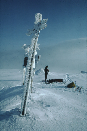 [Copertina di 'Dimensione Sci': croce e cartelli in vetta ricoperti di ghiaccio]