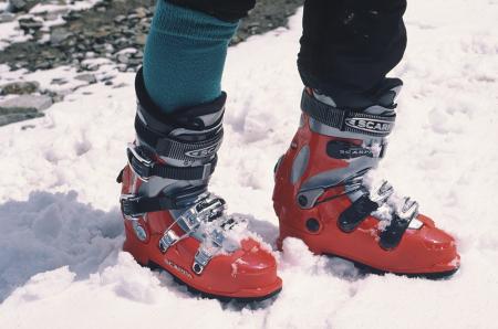 [Riprese varie di abbigliamento, attrezzatura e materiali in genere per scialpinismo; test sugli sci]