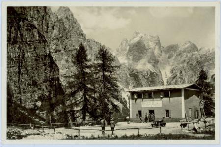 [Rifugi sulle Dolomiti di Brenta. Lago Corvo nella Valle di Rabbi]