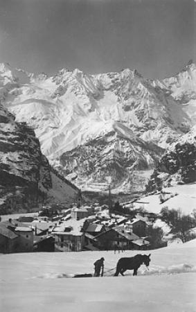 [406 - Courmayeur: m. 1224 in inverno; Colle (m. 3370) e Dente del Gigante m. 4014]