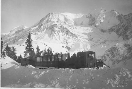 [Treno e passeggeri sul Monte Bianco]