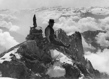 [Battista Gugliermina in cima all'Aiguilles Blanche de Peutérey, poi ribattezzata Picco Gugliermina, alle sue spalle Aiguille Noire de Peutérey]