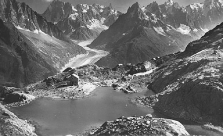 [Vue générale du Lac Blanc avec pour toile de fond de la Mer de Glace, les Grandes Jorasses, les Aiguilles de Chamonix et le Massif du Mont-Blanc]