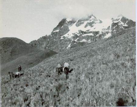 Quilindana (4898 m) durante la marcia di avvicinamento della Spedizione Vinci