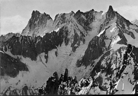 [Gruppo del M. Bianco: (da sin. a destra) Les Grandes Jorasses, 4206 - Col des Jorasses, 3810 - Calotte de Rochefort, 3976 - M. Mallet, 3988 - Aig. de Rochefort, 4001 - Dente del Gigante, 4014 - Versante Nord]