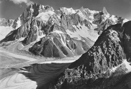 [15353 Massif du Mont-Blanc. - La Mer del Glace; au fond, de g. à dr.: Col des Hirondelles, Grandes Jorasses, Arête de Rochefort, Mont Mallet et Dent du Géant]