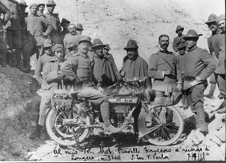 [Francesco Ravelli portaordini in sella alla motocicletta, 7 settembre 1915]