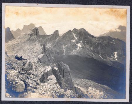 [Ampezzano: Pelmo e Monte Zonia dal Nuvolau. Cortina d'Ampezzo di fronte al Cristallo]