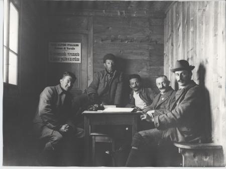 [Nella capanna Valsesia al Monte Rosa: da destra Francesco Ravelli, Battista Gugliermina, Pinin Lampugnani, a sinistra Pinòt Gugliermina]