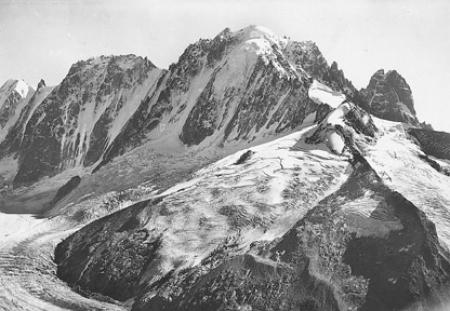 [14800. Massif du Mont Blanc. Le Glacier d'Argentière, et, de gauche à droite: les Courtes (3.818 m. ), les Droites (4.000 m.), l'Aiguille Verte (4.121 m.) et le Dru (3.754 m.)]