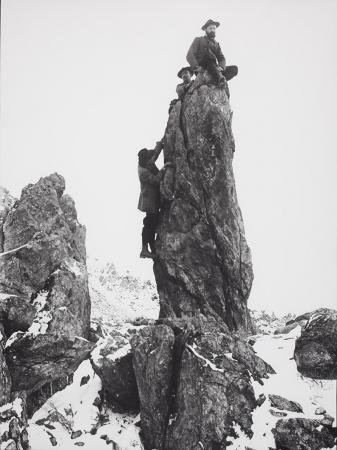 [Tre alpinisti in arrampicata su spigolo roccioso]