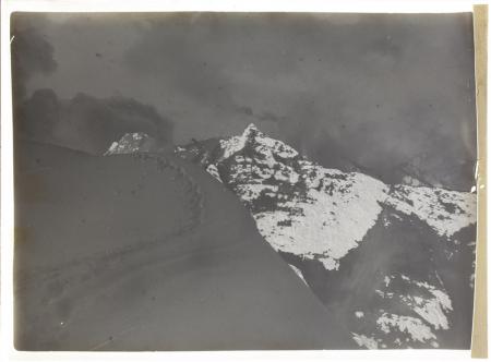 [Impronte sulla neve, di fronte Monte Chaberton?]