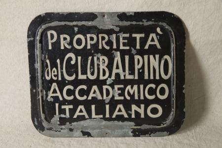 """Targa """"Proprietà del Club Alpino Accademico Italiano"""""""