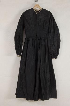 Costume tradizionale femminile valdese della Val Pellice