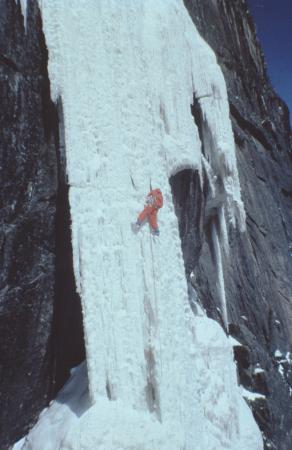 [Alpinista su ghiaccio in zona non identificata]