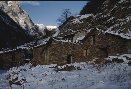 [Riprese varie di baite nel Vallone del Pis e paesaggio con Lago Piano Cavalle?]