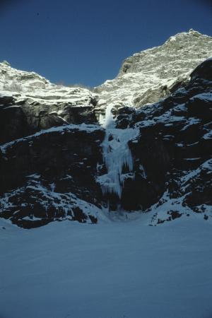 [Riprese varie di paesaggio con cascata di ghiaccio in zona non identificata]