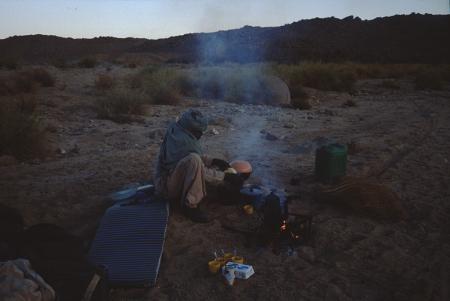 [Algeria, Ahaggar, zona non identificata: accampamento per la notte e tramonto]