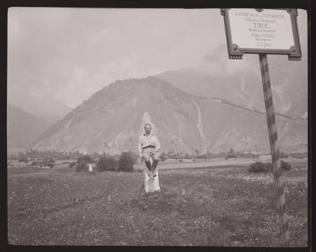 [Raccolta di negativi del fotografo meranese Ludwing Graf: ritratti ambientati e paesaggi]