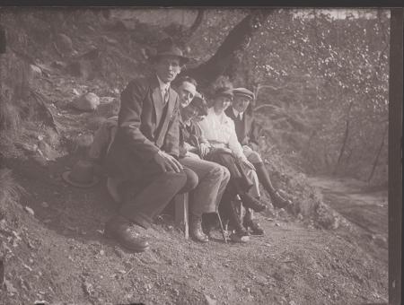 [Raccolta di negativi su vetro del fotografo meranese Ludwing Graf: ritratti e gare all'ippodromo di Merano]