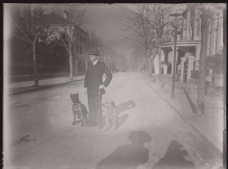 [Raccolta di negativi su vetro del fotografo meranese Ludwing Graf: ritratti in esterni con cani e vedute urbane]