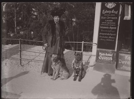 [Raccolta di negativi su vetro del fotografo meranese Ludwing Graf:  Merano, ritratti in esterno con cani]