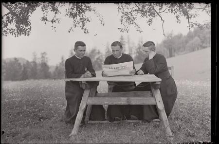 [Raccolta di negativi su vetro del fotografo meranese Ludwing Graf: ritratti di sacerdoti e ragazzi. Interno di una chiesa]