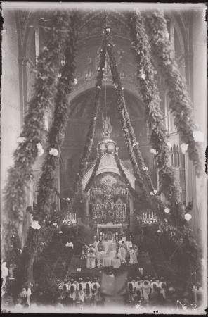 [Raccolta di negativi su vetro del fotografo meranese Ludwing Graf: sacerdoti e interno di una chiesa]