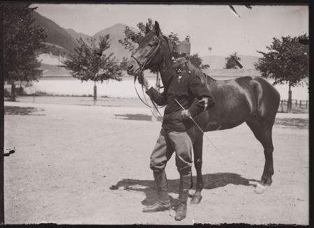 [Raccolta di negativi su vetro del fotografo meranese Ludwing Graf: ritratti di militari a cavallo e riproduzioni di fotografie di Bernard Johannes con ritratti di gruppo]