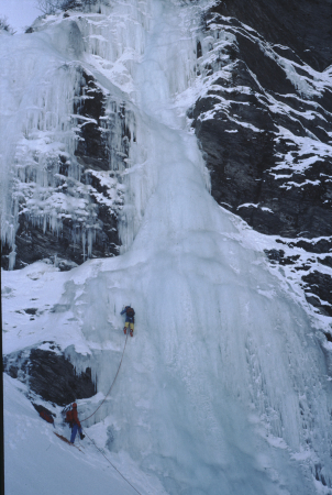 [Alpinisti su ghiaccio sulla Cascata Martinet, Val Varaita]