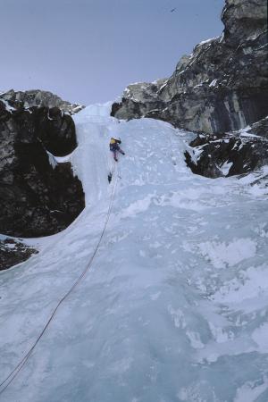[Cascata e alpinista su ghiaccio in zona non identificata]