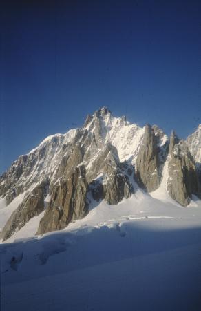 [Paesaggio con rilievi montuosi in zona non identificata: Monte Bianco?]