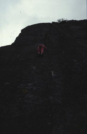[Pareti rocciose e Ghenaella Grassi che arrampica nel Vallone di Sea: Fessura Motti, Masso Nosferatu]