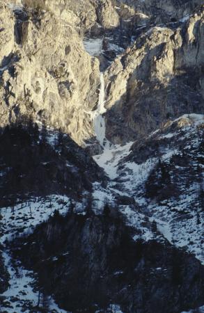 [Parete rocciosa con cascata di ghiaccio nelle Alpi Marittime]