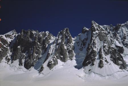 [Alpinisti su ghiaccio e paesaggi dell'Aiguille du Triolet e Gruppo di Triolet, Massiccio del Monte Bianco]