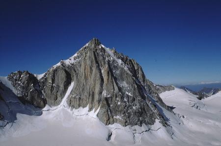 [Paesaggi della Cresta della Tour Ronde e alpinista sulla via Pifferaio di Spit, sul Pilier Rouge del Clocher]