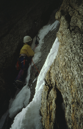 [Alpinismo su ghiaccio sulla Goulotte Lafaille e ripresa complessiva del versante orientale del Mont Blanc du Tacul]