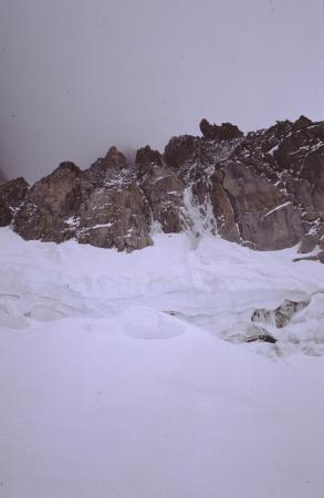 [Arrampicata su roccia e ghiaccio, paesaggio di rilievi montuosi nell'area del Monte Bianco]