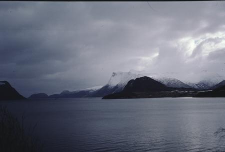 [Zona non identificata: montagne su lago]