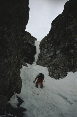 [Alpinisti su ghiaccio nella Goulotte Durango, Valmasino]