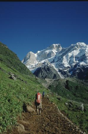 [Riprese varie di paesaggi, ritratti delle comunità locali, villaggi, trekking in zona non identificata dell'India]
