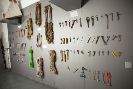Evoluzione storica di martelli, chiodi, moschettoni, discensori, corde e ancoraggi