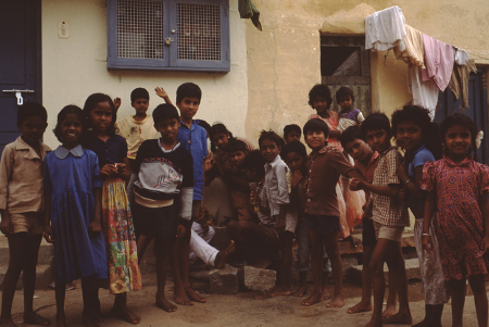 [Riprese varie di paesaggi, rilievi montuosi, zone urbane e comunità locali di aree non identificate dell'India]
