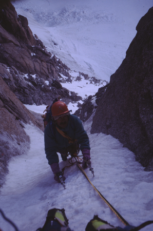 [Gian Carlo Grassi in arrampicata su ghiaccio in zona non identificata del Monte Bianco]