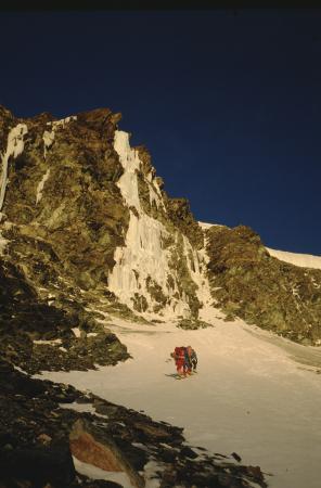 [Riprese varie della cascata di ghiaccio della Gobba di Rollin e alpinisti su ghiaccio]