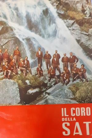 Il coro della Sat sezione della Società alpinisti tridentini nel 40. anniversario