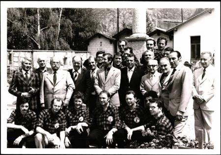 Walter Bonatti (primo a sinistra) nel cimitero di Courmayeur il 31 luglio 1974